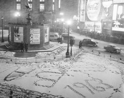 Piccadilly Circus 1962 - New Year's Eve.jpg