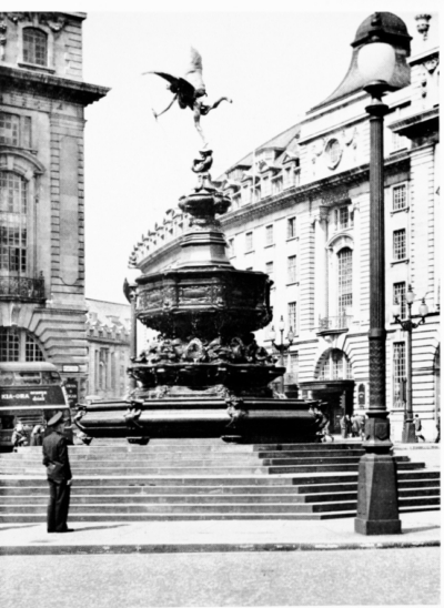 Piccadilly Circus 1962 - Shaftesbury Memorial Fountains b.jpg